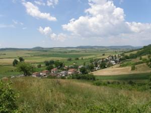 ...široké stupňovité údolie pod Karancskeszi...
