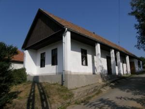 ...dedina Ságújfalu: Jeden z opravovaných domov...