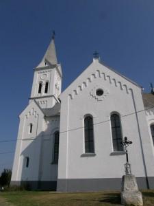 ...dedina Ságújfalu: zďaleka viditeľný kostol nad dedinou...
