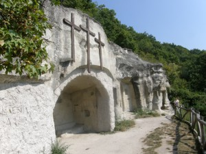 ...jaskyňa pustovníkov v pieskovci, má dve kaplnky a dve izby...