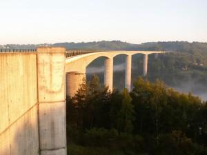 Most pred mestom Ussel, dlhý 850 m. Takýchto mostov nad hlbokým údolím je v okolí viac.
