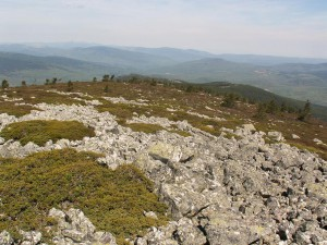 Výhľad na severozápad, zasnežené vrcholky sú vo výške okolo 2100-2200 m.n.m.