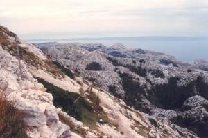 Pohľad na hrebeň smerom na juh. Tieto hory sú zaujímavé tým, že pripadajú byť ploché s množstvom lievikovitých jám, Biokovo 17.9.2004.