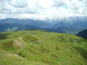 Pohľad na južnú časť Kaukazu oddelenú údolím rieky Inguri.