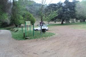Parkovisko na brehu potoka Rivera de Huesna v rekreačnej oblasti východne mesta Cazalla de la Sierra, miesto našho nocovania.
