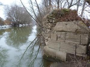Najväčší kamenný pilier mostu v Ipeľskom Predmostí. 26.12.2011.