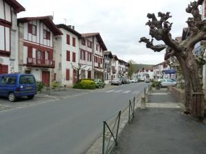 Prekrásná ulica a domy v dedine Ainhoa.