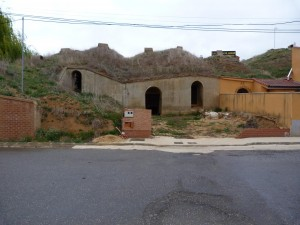 Pivnice a hlavná ulica v dedine Ardón, kde sme nocovali.