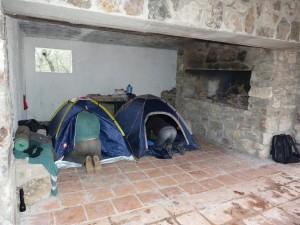 Ubytovanie v La Alberca a park okolo chaty. Je tu voda na pitie a mytie.