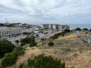 Západný okraj mesta Torre de la Higuera s veľkou piesočnou dunou.