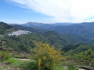 Výhliadka z odpočívadla pred dedinou Algatocín na pohorie  Serranía de Ronda.