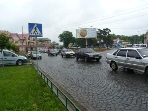 Pre hustú premávku, bol problém prebehnúť ulicu,  Mukačevo.