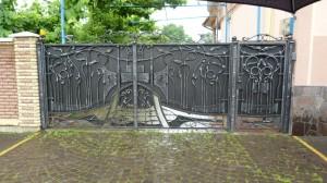 """Ozdobná brána a vedľa druhá podľa hesla """"keď má sused, tak ja lepšiu"""", Mukačevo."""