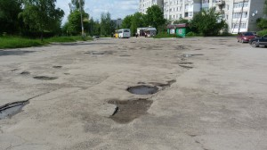 Rozbité cesty v Boryslavi,  takéto a horšie sú po celej Ukrajine.