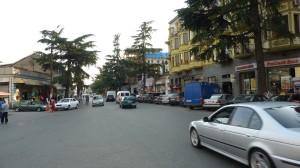 Ulica poblíž prístavu, kde sú zmenárne a obchody, Batumi.