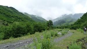 Zamračené údolie, cieľ cesty, kam pre dážď nedorazíme.