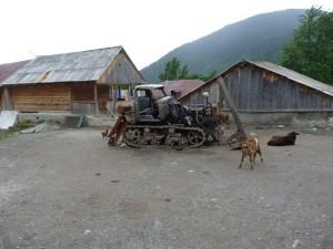 Vrak buldozéru v dedine Mazeri.