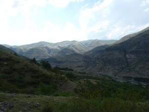 Údolie rieky Kura ( Mtkvari ), v pozadí sú hraničné hory s Tureckom. Pohľad na západ od Vardzie.