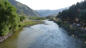 Pohľad proti prúdu rieky Kura z mostu, Vardzia.