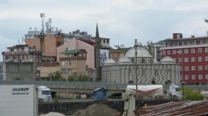 Nad mestom sa týčia nielen mešity ale i antény, Hopa.