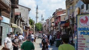 Pešia zóna v Edirne plná obchodov.