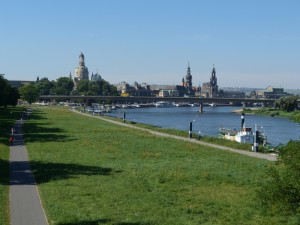Vzdialený pohľad na historickú časť Drážďan s mostom Carolabrücke.