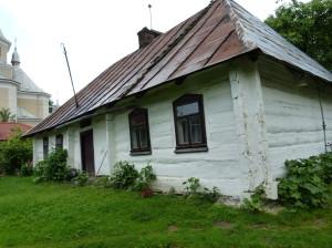 Opravený starý dom na dvore luxusného domu, Morožnicja.