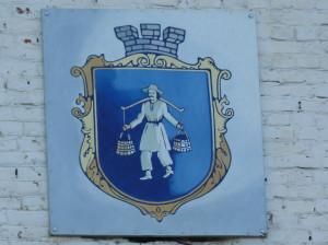 """Znak mesta Boryslav - """"mužik"""" nesie bahno s ropou."""