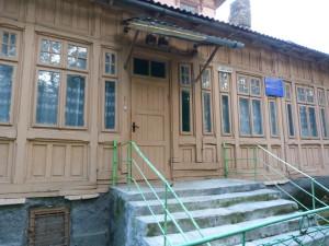 Bývalá školka. Fascinuje ma zložitá drevená výzdoba a hlavne jej údržba, ktorá už viditeľne dlho žiadna, Boryslav, 4.6.2014.