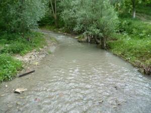 Potok Lošani v meste Boryslav s divne sivou farby vody.