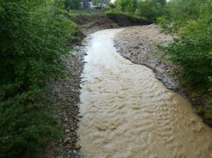 Potok Lošani 2 km nad mestom už normálne zakalený.
