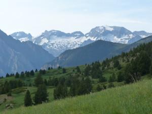 Hrebene Pyrenejí viditeľné z lyžiarského areálu, 09.06.2015, 18:39 hod.