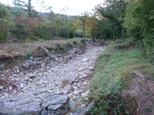 Vyschnutý potok v údolí pod dedinou Grižane.