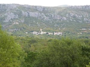 Vápencová stena nad dedinou Grižane.