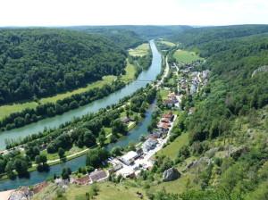 Rieka Altmühl s dedinou Essing ( súčasť kanálu Rýn -Main-Dunaj ).