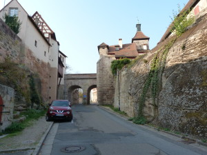 Ulica k hradu, na moste ( uprostred ) je vstup do hradu.