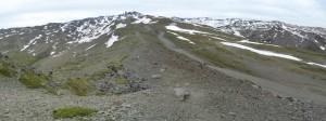 Špička v diaľke uprostred, hora Pico de Veleta, 3392 m.n.m., Sierra Nevada, 24.05.2019, 08:52 hod.