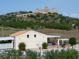 Kostol Santuario Madonna del Tindari z diaľky.