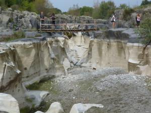Potok Fiume Alcantara, voda sa strácala v štrku. Miestami, proti prúdu sa voda udržala i s rybami.