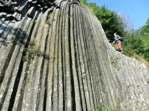 ...bazaltové stĺpy pod hradom Šomoška...