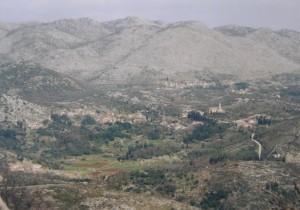 ..dedina Gromača z kopca nad Trsteno, v pozadí sú hraničné hory s Bosnou....