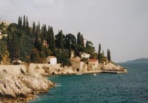..TRSTENO, opustený hotel na pobreží. Miesto ubytovania a výskytu Lacerta oxycephala. Vpravo v pozadí ostrov Lopud, 05.04.2002...