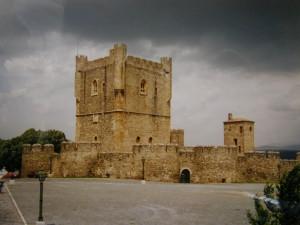 Braganca, kráľovský hrad. V hrade je vojenské múzeum. Staré mesto je celé obohnané vysokým múrom. Na velkom námestí okrem hradu je kostol. Pod hradom je stará časť mesta.