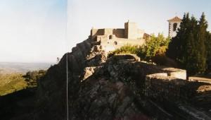 Ráno na hrade Marvao, pohľad na juhozápad. V údolí sú golfové ihriská. Smerom na Portugalsko je hmla.