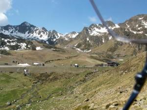 Koniec asfaltovej cesty a začiatok lanoviek k vrcholom vo výške 2500-2600 m.n.m. Pohľad do údolia k mestu El Serrat a na druhú stranu s hotelom pre lyžiarov Cabana de Eucasser vo výške 2220 m.n.m. Stretli sme tu poliaka so španielskou manželkou.