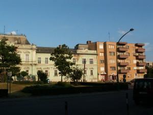 Socialistický spôsob šetrenia s miestom. K budove z 18 storočia je pristavaný panelák.