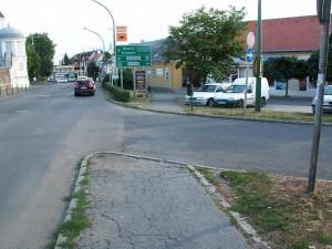 """Chodník z jednej strany cesty i z druhej. Nie je tam ale na malovaný prechod. Nie je tu ani značka pre prechod. Skoro ma tu zrazilo auto. Takže """"hop"""" a skočiť. Foto 21.07.2010"""