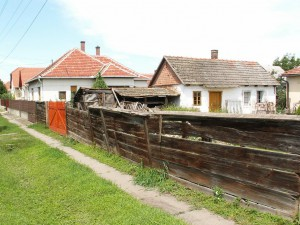 Masívny drevený plot v dedine Jászárokszállás. A vraj na rovinách je málo dreva?