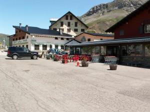 Obchody a reštaurácie v priesmyku Col du Portillon 1794 m.n.m. , je tu bezcolná zóna...