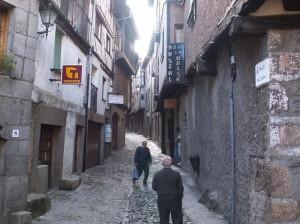 La Alberca, jedna z úzkých uličiek s obchodmi.